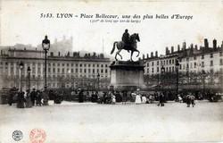 Lyon : Place Bellecour, une des plus belles d' Europe