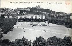 Lyon : Place Bellecour (tracée en 1617, 310 m. de long., 200 m. de large)
