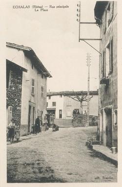 Echalas (Rhône) : Rue principale, La place