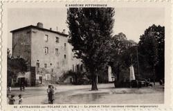 Antraigues-sur-Volane (alt. 471 m. Ardèche) : La place et l'hôtel (ancienne résidence seigneuriale)