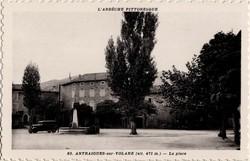 Antraigues-sur-Volane (alt. 471 m. Ardèche) : La place