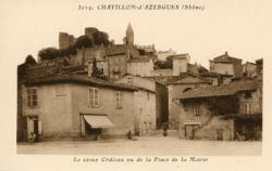 Châtillon (Rhône) : Le vieux château vu de la Place de la Mairie