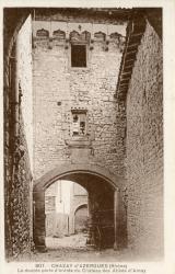 Chazay-d'Azergues (Rhône) : La double porte d'entrée du château des Abbés d'Ainay
