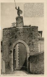 Chazay-d'Azergues (Rhône) : Porte de la ville surmontée du Baboin