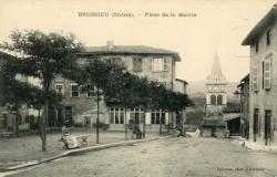Brussieu (Rhône) : Place de la Mairie