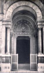 LYON : ÉGLISE de L'IMMACULÉE-CONCEPTION ; Le porche, au-dessus de la porte ; statue de la Vierge assise, de Dufraisne