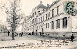 LYON (CROIX-ROUSSE) : Place du Commandant Arnaud et Groupe Scolaire