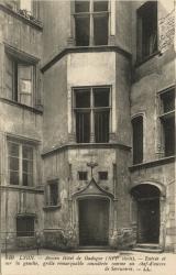 Lyon : Ancien Hôtel de Gadagne (XVIe siècle) ; Entrée sur la gauche ; grille remarquable considérée comme un chef-d'oeuvre de Serrurerie