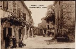 Berrias (Ardèche) : Centre du village, la fontaine