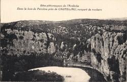 Dans le bois de Païolive près de Casteljau, rempart de rochers (Ardèche)