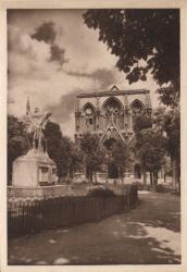 Lyon : Église de la Rédemption ; Vue extérieure : Statue de Jeanne d'Arc