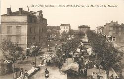 Saint-Fons (Rhône). - Place Michel-Perret, la mairie et le marché