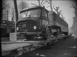 [Camion SOMUA JL 19 sur une remorque S.N.A.V.]