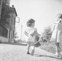 [Deux petites filles sur le chemin]