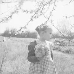 [Petite fille au bouquet de fleur]