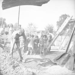 [Groupe d'enfants visitant un chantier de fabrication de parpaings]