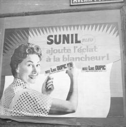[Superposition d'affiches : SUNIL Bleu, Ajoute l'éclat à la blancheur !... Votez Louis Dupic]