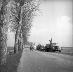 [Camions et voitures sur le bord de la route : Fin de la pêche]
