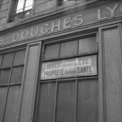 """[Une enseigne : Petites Douches Lyonnaises """"Hiver comme Eté, propreté donne santé]"""