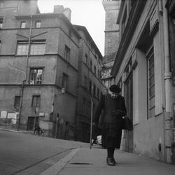 [Une vieille dame seule dans le Vieux Lyon]