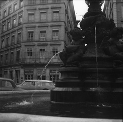 [Fontaine sur la place Antoine Vollon]