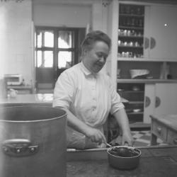 """Eugénie Brazier, dite """"la Mère Brazier"""", dans sa cuisine"""
