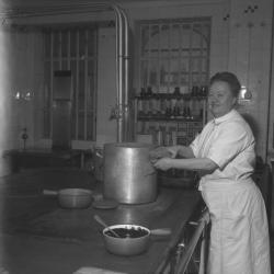 """Eugénie Brazier, dite """"la Mère Brazier"""" dans sa cuisine"""