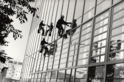 Laveurs de vitres acrobatiques sur la façade de l'hôtel de la région Rhône-Alpes