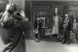 Fresque des lyonnais: un couple de touristes étrangers se fait photographier devant la représentation de Paul Bocuse