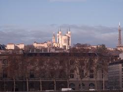 La basilique de Fourvière et l'Hôtel-Dieu vus depuis le quai Victor-Augagneur