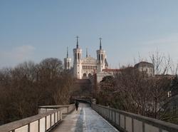 La basilique de Fourvière vue depuis la passerelle des Quatre-Vents