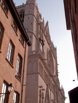 La cathédrale Saint-Jean et Fourvière vue depuis la rue Saint Jean
