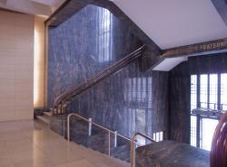 L'Hôtel de ville de Villeurbanne : l'escalier d'accès au grand hall par la place Lazare-Goujon et l'escalier monumental