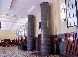 L'Hôtel de ville de Villeurbanne : le hall et la porte du cabinet du maire