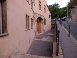 Un immeuble sur la Montée Saint-Barthélemy, au fond la Montée des Chazeaux