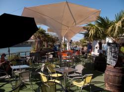 Une péniche café restaurant amarrée au quai Victor-Augagneur