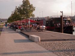 Une péniche café restaurant amarrée au quai Victor Augagneur