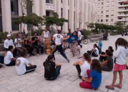 Place Lazare-Goujon : musiciens et danseurs