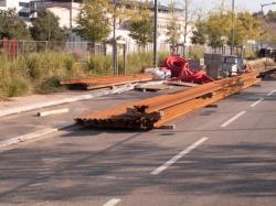 Chantier de prolongement de la rue Mouton-Duvernet et de la T4 : une pile de rails à gorge pour le tramway