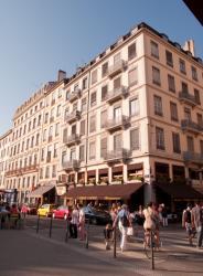 Place Carnot : immeuble et café