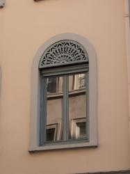 Immeuble des Hospices Civils de Lyon, une fenêtre avec son lambrequin rue Burdeau
