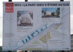 Chantier de prolongement de la rue Mouton-Duvernet et de la T4 : une affiche du Grand Lyon sur l'avenue Félix-Faure