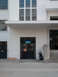 Place Lazare-Goujon : l'entrée de la piscine située sous le Théâtre National Populaire (TNP)