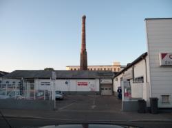 Rue Louis-Becker, une ancienne cheminée d'usine