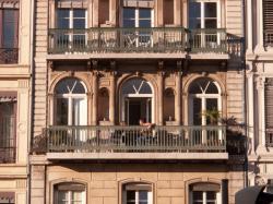 Place d'Albon : immeuble, fenêtres et balcon