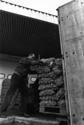 [Chargement d'un convoi humanitaire pour Sarajevo]