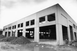 [Hangar en construction sur le nouveau site des Puces à Villeurbanne Saint-Jean]