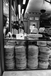 [Les Halles de Lyon. Etal de fromages Mont-d'Or]
