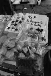 [Etal du fromager Serge Didier-Roche sur le marché Saint-Antoine]