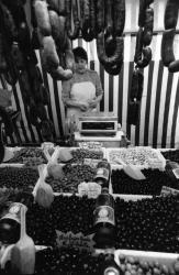 [La marchande d'olives sur le marché Saint-Antoine]